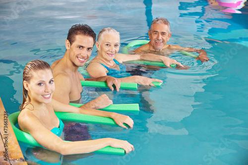 Leinwanddruck Bild Gruppe beim Aquafitness im Schwimmbad