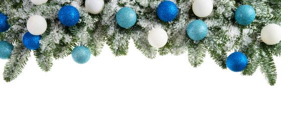 Tannenzweige dekoriert mit kühlen Farben
