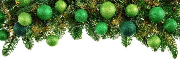 Isolierte Tannenzweige mit grünen Kugeln