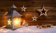 Leinwanddruck Bild - Weihnachtliche Szene aus Holz im Laternenlicht