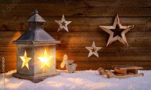 Leinwanddruck Bild Weihnachtliche Szene aus Holz im Laternenlicht