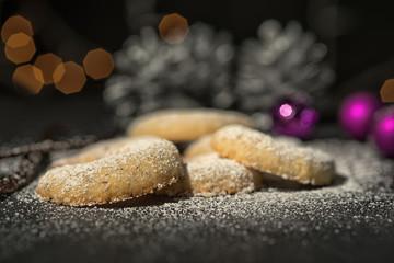 Traditionelle Vanillekipferl dekoriert zu Weihnachten