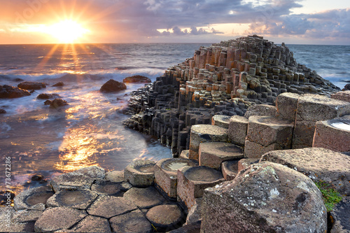 Leinwanddruck Bild Sunset at Giant s causeway