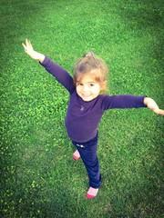 Bimba al parco che gioca e sorride