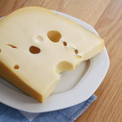 fetta di formaggio con i buchi su piatto
