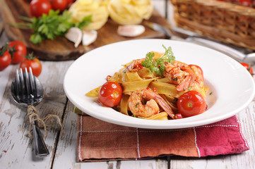 Tagliatelle with prawns and tomatoes