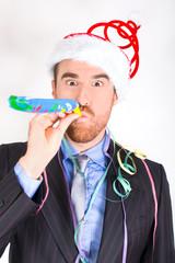 Hombre celebrando el fin de año