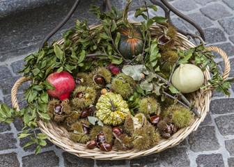 Korb mit Herbstfrüchten