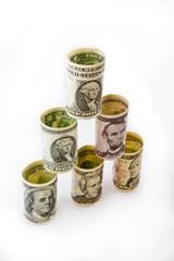 Доллары на белом фоне выстроены в пирамиду
