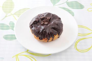お皿にのせた チョコレート デニッシュ パイ テーブルクロス