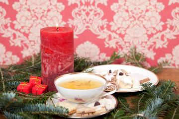 Kräutertee und Weihnachtsgebäck mit Weihnachtsdekoration