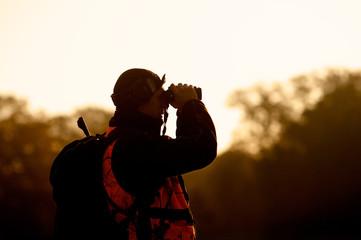 Jäger im morgendlichen Gegenlicht