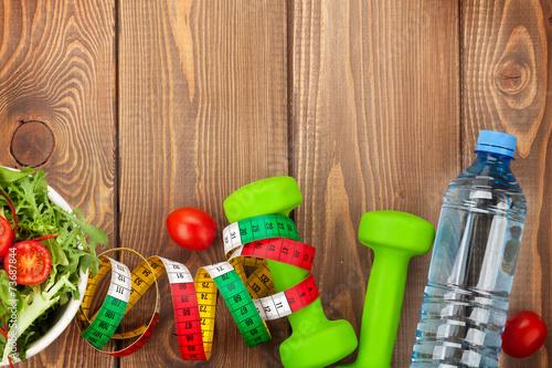 In de dag Gymnastiek Dumbells, tape measure and healthy food. Fitness and health