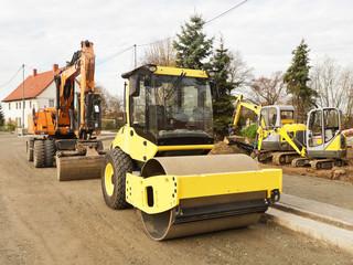 Verschiedene Baumaschinen auf einer Strassenbaustelle