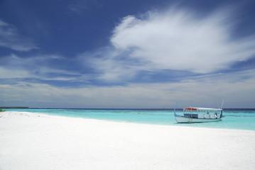 Boot am verlassenen Strand