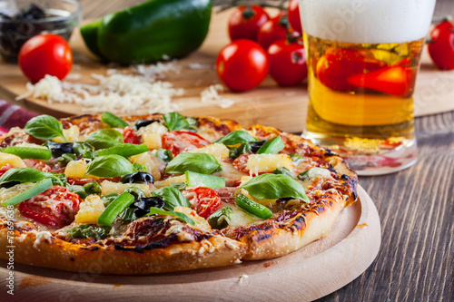 Spoed canvasdoek 2cm dik Restaurant Pizza hawaii with beer