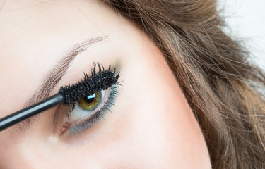 Applicare mascara, make-up