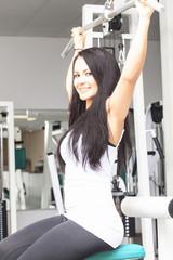 junge Frau im Fitness-Studio