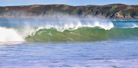 Grosse vague sur la plage de Perros-Guirec