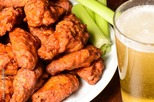 Aluminium Vlees Buffalo Wings with Celery Sticks and Beer