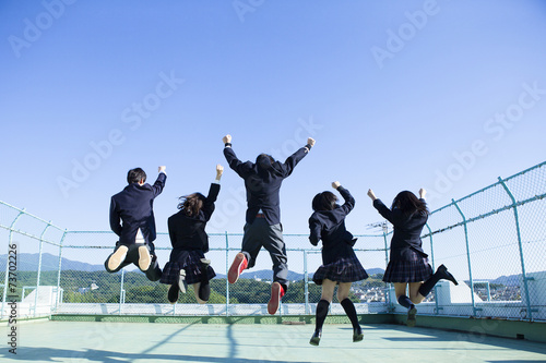 屋上ではしゃぐ高校生たち - 73702226