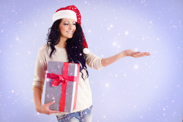 lächelnde Frau fängt Schnee