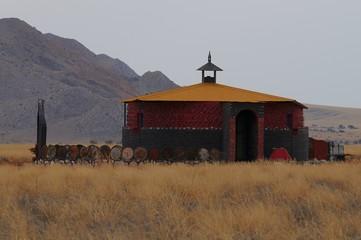 buntes Haus in der Namib-Wüste