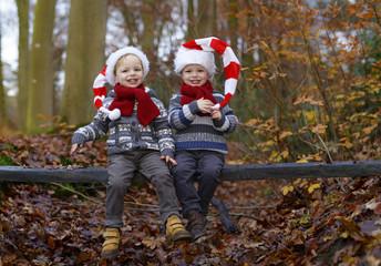 Tweeling met de kerstmuts op
