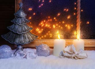 Tannenbaum und Kerzen am Fenster
