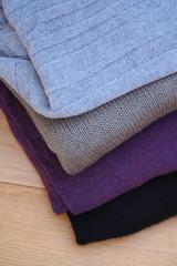 pila di maglioni di  lana