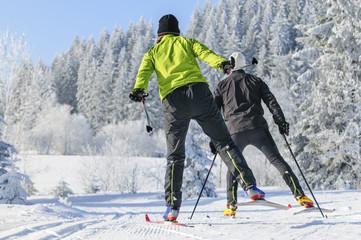 Zwei Langläufer beim Skaten