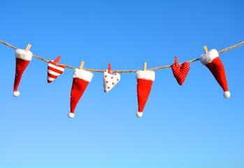 Weihnachtsmützen an der Wäscheleine