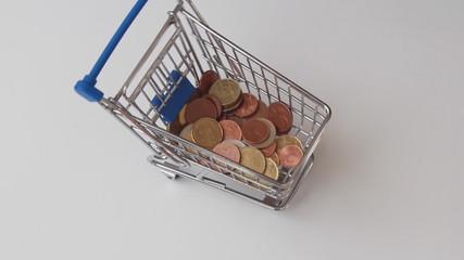 Geld wird in Einkaufwagen gefüllt
