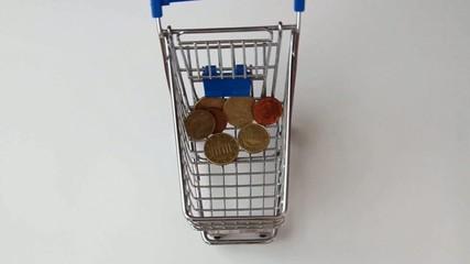 Geld fällt in Einkaufswagen