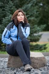 Donna si riposa seduta su un sasso