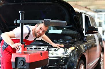 Scheinwerfertest in einer Autowerkstatt durch Mechaniker