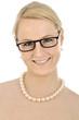 Blonde Frau mit Brille und Perlenkette