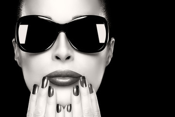 Beauty Model Woman's Face in Black Fashion Sunglasses