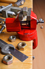 The vise to clamp on the desktop