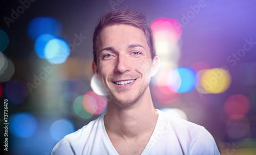 canvas print picture Junger mann bei städtischem nachtleben