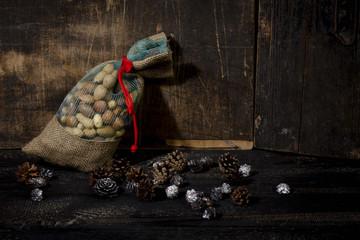 Jutesack mit verschiedenen Nüssen, Symbolbild für Nikolaus