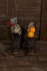 Winterstiefel gefüllt mit Nüssen und Orangen