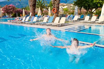 Девушки прыгают в бассейн