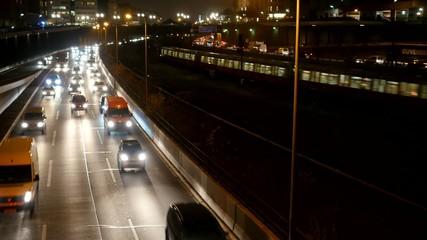 Stadtautobahn bei Nacht