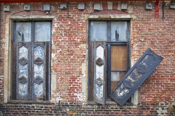 Fassade der Ruine eines traditionellen Wohngebäudes des Beginen
