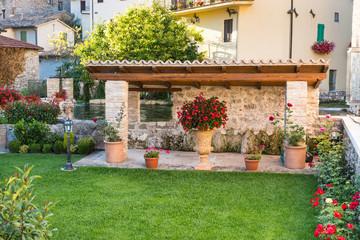 Giardino con gazebo di pietra