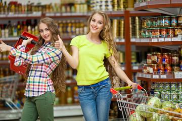 Девушки в магазине продуктов