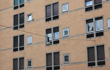 Prospetto di palazzo con finestre