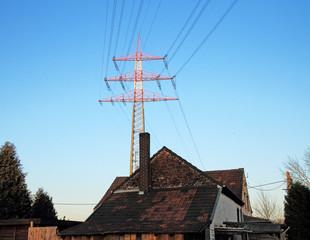 Strommast über Haus, Stromtrasse