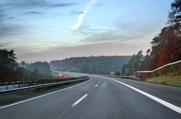 Leere Autobahn Morgendämmerung im Herbst Deutschland
